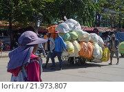Грузчики перевозят груженую тюками телегу на границе Тайланда и Камоджи (2012 год). Редакционное фото, фотограф Токсаров Владимир Андреевич / Фотобанк Лори
