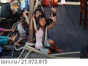 Дети вьетнамцы выпрашивают два доллара за фотографию с удавом (2012 год). Редакционное фото, фотограф Токсаров Владимир Андреевич / Фотобанк Лори