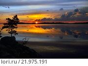 Купить «Сказочный закат. Озеро Поньгома, Северная Карелия, Росссия», фото № 21975191, снято 16 августа 2015 г. (c) Сергей Трофименко / Фотобанк Лори