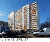 Купить «Четырнадцатиэтажный двухподъездный панельный жилой дом серии II-1777. Зелёный проспект, 8. Москва, 2016 год», эксклюзивное фото № 21978487, снято 28 февраля 2016 г. (c) lana1501 / Фотобанк Лори