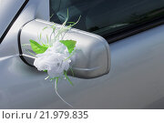 Белая роза на зеркале автомобиля. Стоковое фото, фотограф andreyrostov / Фотобанк Лори