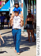 Купить «Johnny Knoxville gives his son Rocko a ride on his shoulders during a visit to Studio City Farmer's Market with his children Featuring: Johnny Knoxville...», фото № 21999207, снято 27 сентября 2015 г. (c) age Fotostock / Фотобанк Лори