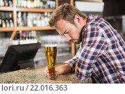 Купить «Tired man having a beer», фото № 22016363, снято 24 октября 2015 г. (c) Wavebreak Media / Фотобанк Лори
