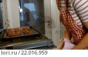 Купить «Woman opening the oven», видеоролик № 22016959, снято 6 декабря 2019 г. (c) Wavebreak Media / Фотобанк Лори