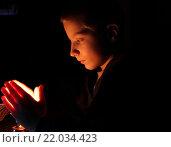 Мальчик и свеча. Стоковое фото, фотограф Коновалова Марина / Фотобанк Лори