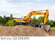 Купить «Экскаватор проводит земляные работы», фото № 22034691, снято 27 августа 2015 г. (c) FotograFF / Фотобанк Лори