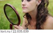 Купить «young woman colouring her eyelids», видеоролик № 22035039, снято 18 февраля 2016 г. (c) BestPhotoStudio / Фотобанк Лори