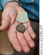 """Купить «Медаль """"За боевые заслуги"""" лежит в руке ветерана», эксклюзивное фото № 22035271, снято 3 марта 2016 г. (c) Игорь Низов / Фотобанк Лори"""