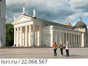 Купить «Туристы на Кафедральной площади в Вильнюсе», фото № 22068567, снято 17 июля 2015 г. (c) Бурмистрова Ирина / Фотобанк Лори