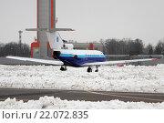 Самолет Як-40 на заснеженном перроне аэропорта Шереметьево (2016 год). Редакционное фото, фотограф Sergey Kustov / Фотобанк Лори