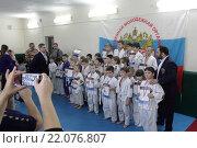 Купить «Борьба дзюдо, родители фотографируют группу детей-спортсменов», эксклюзивное фото № 22076807, снято 6 марта 2016 г. (c) Дмитрий Неумоин / Фотобанк Лори