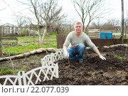 Купить «man cultivates raspberry seedlings», фото № 22077039, снято 5 марта 2016 г. (c) Типляшина Евгения / Фотобанк Лори