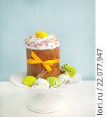Пасхальный кулич и разноцветные яйца. Стоковое фото, фотограф Елена Поминова / Фотобанк Лори