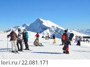 Купить «Сочи, горнолыжный курорт Роза Хутор. Люди катаются на горных лыжах и сноубордах», фото № 22081171, снято 29 февраля 2016 г. (c) Овчинникова Ирина / Фотобанк Лори