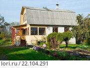 Купить «Дачный дом с ломанной крышей», эксклюзивное фото № 22104291, снято 17 октября 2015 г. (c) Александр Щепин / Фотобанк Лори