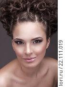 Портрет красивой девушки с кудрявыми волосами. Стоковое фото, фотограф Kryglov Maxim / Фотобанк Лори