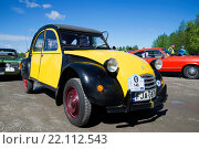 Купить «Гадкий утенок Citroën 2CV на параде ретроавтомобилей. Керимяки, Финляндия», фото № 22112543, снято 6 июня 2015 г. (c) Виктор Карасев / Фотобанк Лори