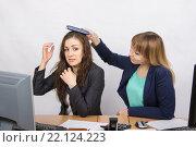 Офисная работница бьет по голове коллегу блокнотом. Стоковое фото, фотограф Иванов Алексей / Фотобанк Лори