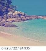 Купить «Каменистый тропический пляж. Остров Пхукет. Таиланд», фото № 22124935, снято 9 марта 2014 г. (c) Валерия Потапова / Фотобанк Лори