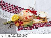 Салат с капустой и ягодами в стеклянной чашке. Стоковое фото, фотограф Тамара Наянова / Фотобанк Лори