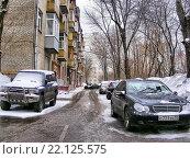 Купить «Во дворе жилого дома на улице Измайловский проспект в Измайлове в Москве», эксклюзивное фото № 22125575, снято 5 марта 2011 г. (c) lana1501 / Фотобанк Лори