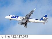 Самолет Embraer ERJ-175 (SP-LIN) авиакомпании LOT перед посадкой в аэропорту Пулково (2016 год). Редакционное фото, фотограф Ольга Визави / Фотобанк Лори