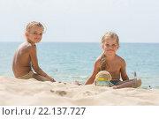 Две девочки четырех и шести лет играют в песке на морском побережье. Стоковое фото, фотограф Иванов Алексей / Фотобанк Лори