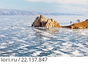 Купить «Байкал. Мартовское утро на острове Ольхон. Вид на скалу Шаманку. Машины едут по льду», фото № 22137847, снято 7 марта 2016 г. (c) Виктория Катьянова / Фотобанк Лори