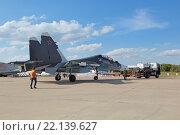 Купить «Международный авиационно-космический салон МАКС-2015. Буксировка самолета Су-30 СМ (по кодификации НАТО: Flanker-C) - российский двухместный многоцелевой истребитель поколения 4+», фото № 22139627, снято 23 августа 2015 г. (c) Игорь Долгов / Фотобанк Лори