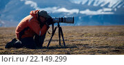 Купить «Close-up of photographer in orange using tripod», фото № 22149299, снято 16 июля 2018 г. (c) age Fotostock / Фотобанк Лори