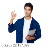 Купить «Asian mixed Indian man hold with laptop computer and ok sign gesture», фото № 22157399, снято 28 мая 2018 г. (c) PantherMedia / Фотобанк Лори