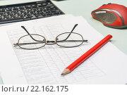Купить «Рабочее место бухгалтера. Документы, компьютерная мышь, карандаш, очки, клавиатура», фото № 22162175, снято 11 марта 2016 г. (c) Александр Якимов / Фотобанк Лори