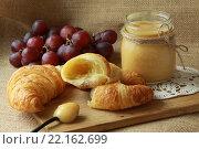 Круассан с лимонным курдом на завтрак. Стоковое фото, фотограф Юлия Рассохина / Фотобанк Лори