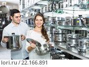 Купить «Couple buying pans in shop cookware», фото № 22166891, снято 30 марта 2020 г. (c) Яков Филимонов / Фотобанк Лори