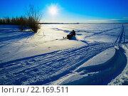 Купить «Снегоход мчится по снежному полю в солнечный зимний день», фото № 22169511, снято 7 февраля 2016 г. (c) Алексей Маринченко / Фотобанк Лори