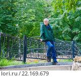 Купить «Улыбающийся пожилой мужчина в летнем парке», фото № 22169679, снято 20 августа 2015 г. (c) Наталья Федорова / Фотобанк Лори
