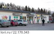 Купить «Магазин шаговой доступности Валинтатало (Valintatalo) в провинции Финляндии. Зима. Городок Калаярви (Kalajarvi)», видеоролик № 22170343, снято 1 февраля 2016 г. (c) Кекяляйнен Андрей / Фотобанк Лори