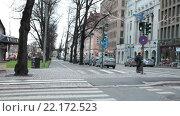 Купить «Городской перекресток с велосипедными дорожками и пешеходным переходом в центре города. Хельсинки, Финляндия», видеоролик № 22172523, снято 25 января 2016 г. (c) Кекяляйнен Андрей / Фотобанк Лори
