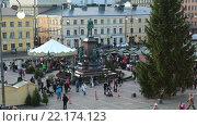 Купить «Главная Рождественская елка возле памятника Александру II на Сенатской площади с торговыми рядами во время Рождественской ярмарки. Хельсинки, Финляндия», видеоролик № 22174123, снято 25 января 2016 г. (c) Кекяляйнен Андрей / Фотобанк Лори