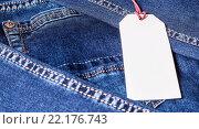 Сложенные джинсы и бирка. Стоковое фото, фотограф Riasna Yuliia / Фотобанк Лори