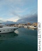 Купить «Яхты на причале в морском порту Сочи, город на горизонте, вечерние облака», фото № 22177867, снято 13 февраля 2016 г. (c) DiS / Фотобанк Лори