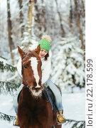 Купить «Девушка сидит верхом на лошади в зимнем парке», фото № 22178599, снято 19 декабря 2015 г. (c) Рустам Шигапов / Фотобанк Лори