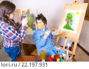 Купить «Девочка фотографирует  на сотовый как рисует мальчик», фото № 22197931, снято 13 марта 2016 г. (c) Emelinna / Фотобанк Лори