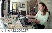 Купить «Женщина работает в интернете на ноутбуке, широкий угол, домашняя кухня», видеоролик № 22200227, снято 15 марта 2016 г. (c) Кекяляйнен Андрей / Фотобанк Лори