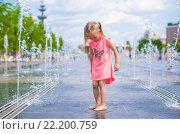 Купить «Маленькая девочка бегает в открытом фонтане в жаркий день», фото № 22200759, снято 25 мая 2014 г. (c) Дмитрий Травников / Фотобанк Лори