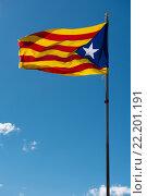 Флаг Каталонии (Blue estelada) на фоне голубого неба (2016 год). Стоковое фото, фотограф Alexander Tihonovs / Фотобанк Лори