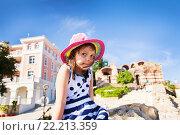 Купить «Девочка на фоне старого города», фото № 22213359, снято 28 июня 2014 г. (c) Ермилова Арина / Фотобанк Лори
