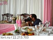 Фотограф работает на свадебном банкете. Редакционное фото, фотограф Иванна Кошка / Фотобанк Лори