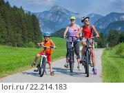 Семьи катается на велосипедах. Стоковое фото, фотограф Максим Топчий / Фотобанк Лори