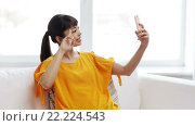 Купить «happy asian woman taking selfie with smartphone», видеоролик № 22224543, снято 13 марта 2016 г. (c) Syda Productions / Фотобанк Лори